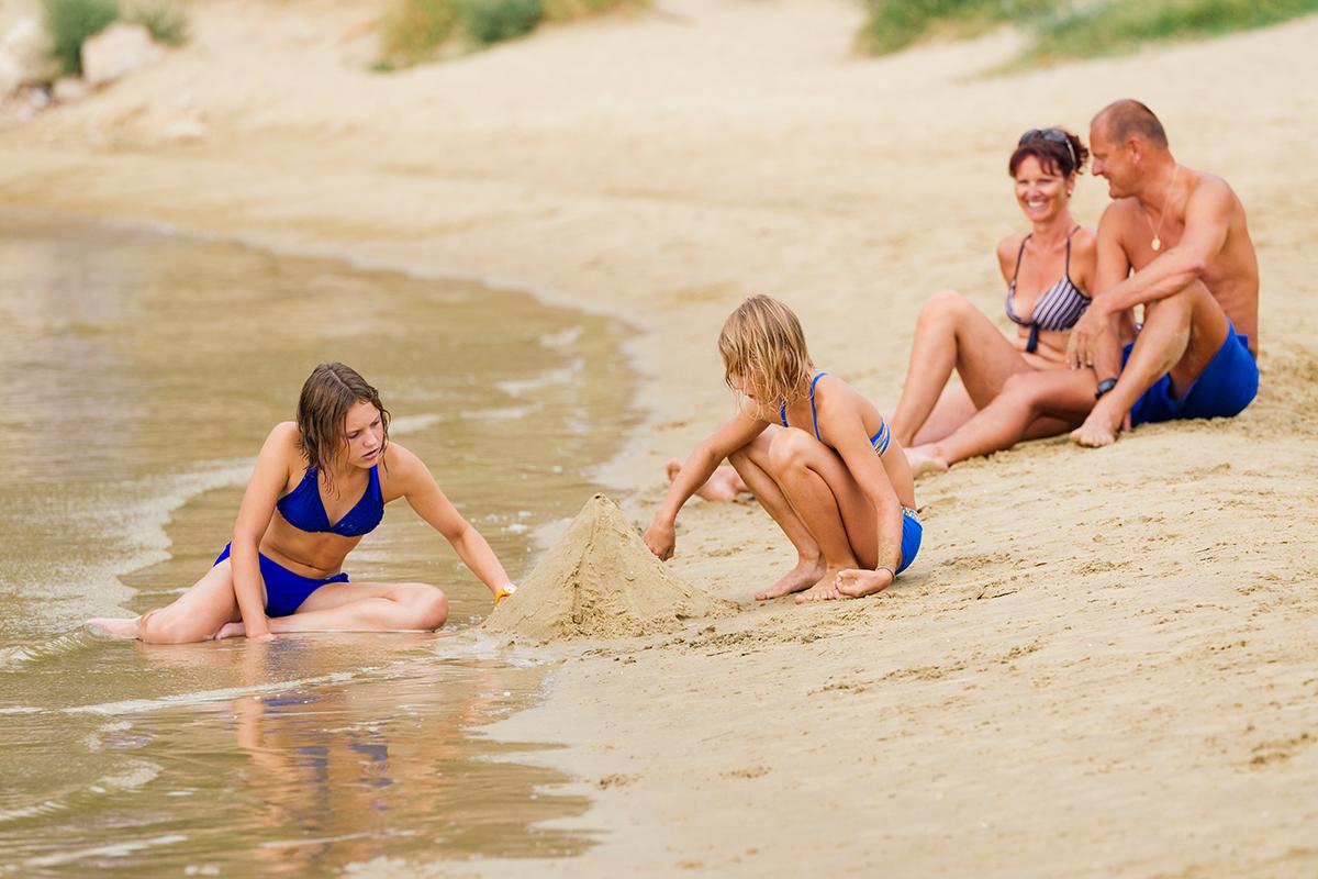 Sandburg bauen im Urlaub mit Kindern