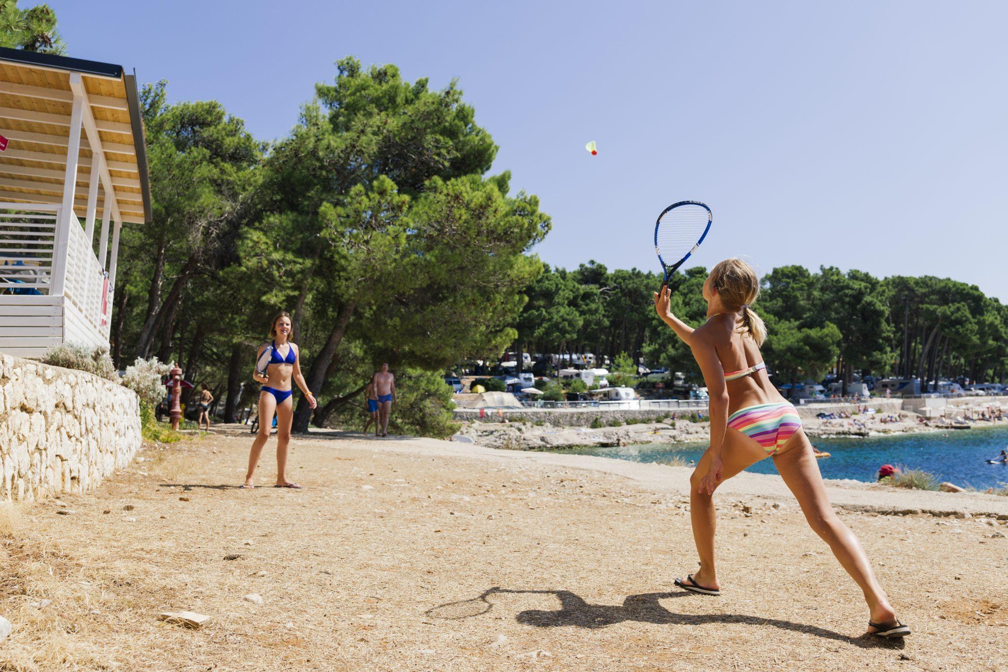 Platz für Federball spielen am Strand