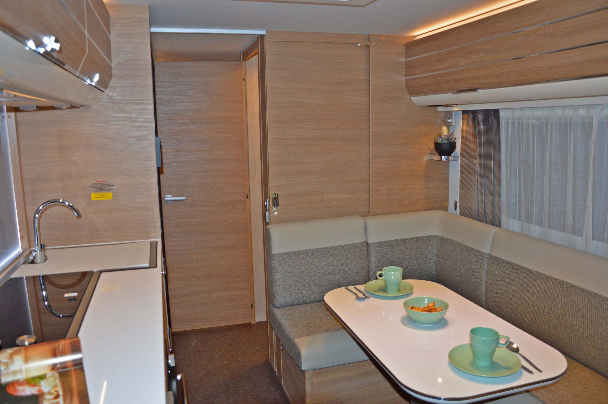 Moderner Küchenblock mit Dunstabzughaube.