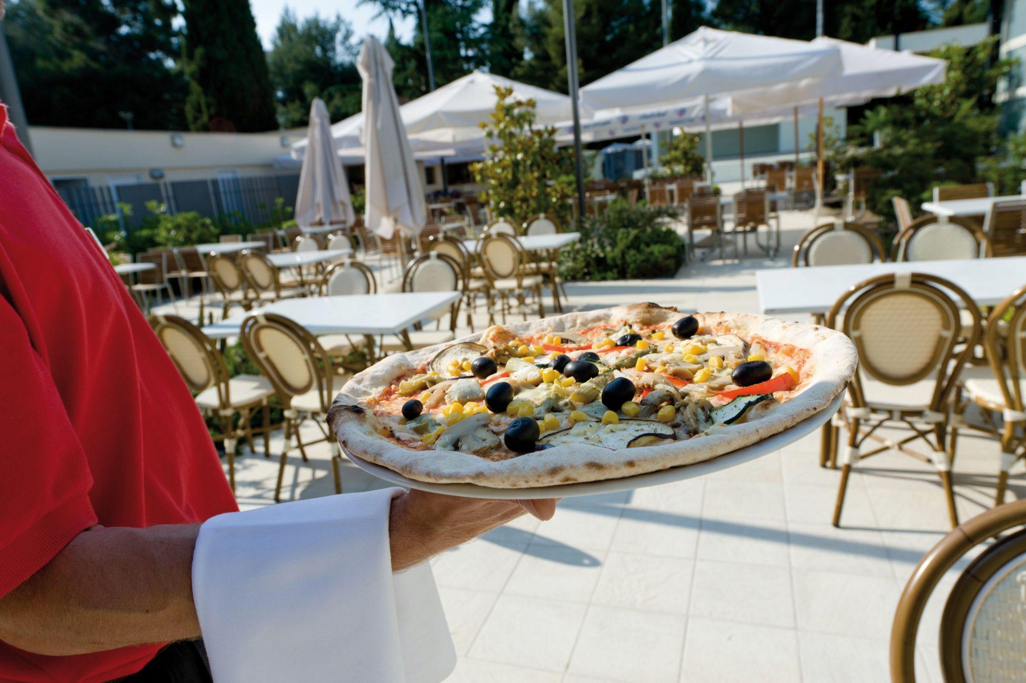 Pizza im Restaurant auf Camping Valkanela in Istrien. Foto: Camping Valkanela.