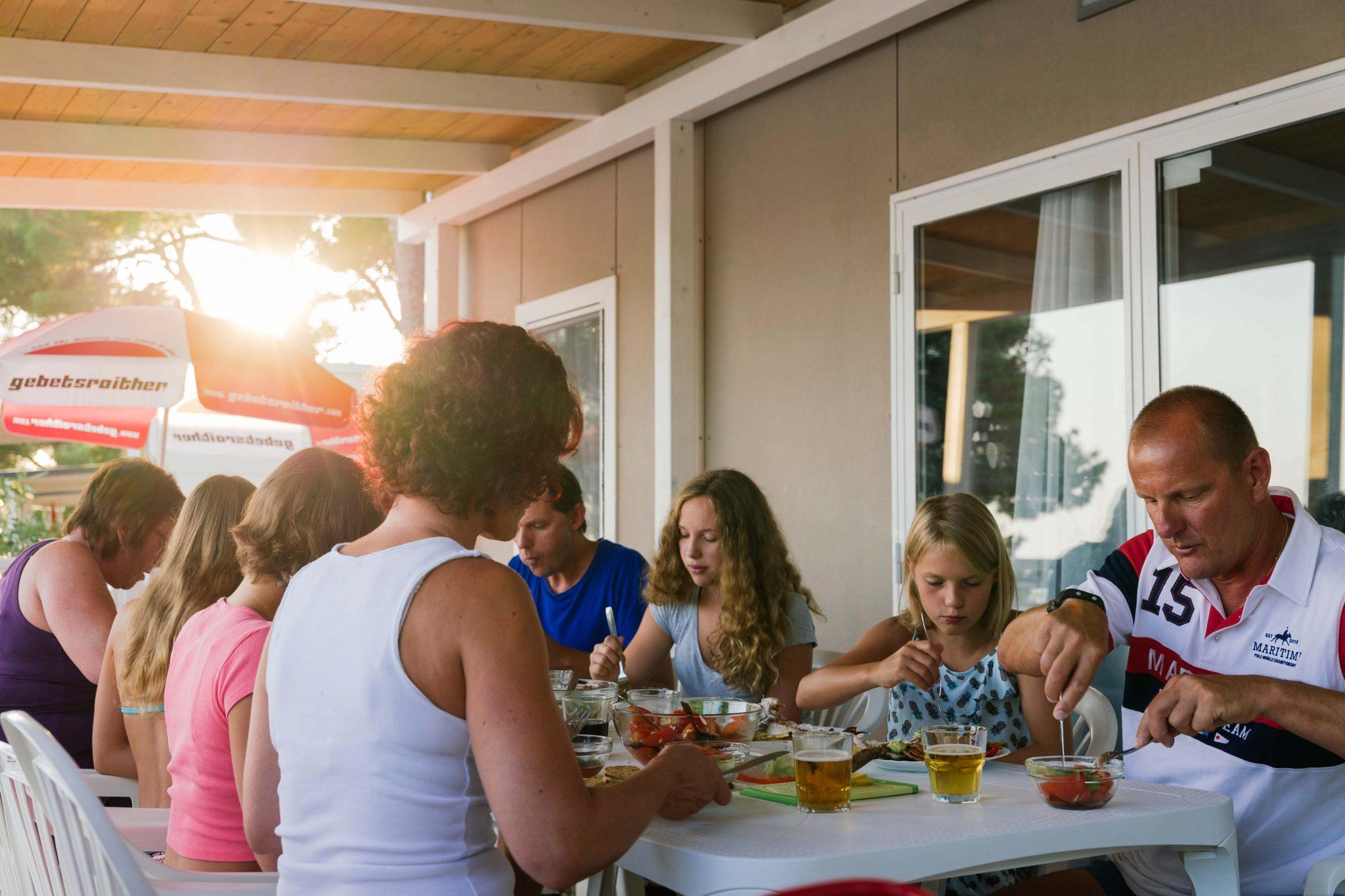 familie essen auf der terrasse