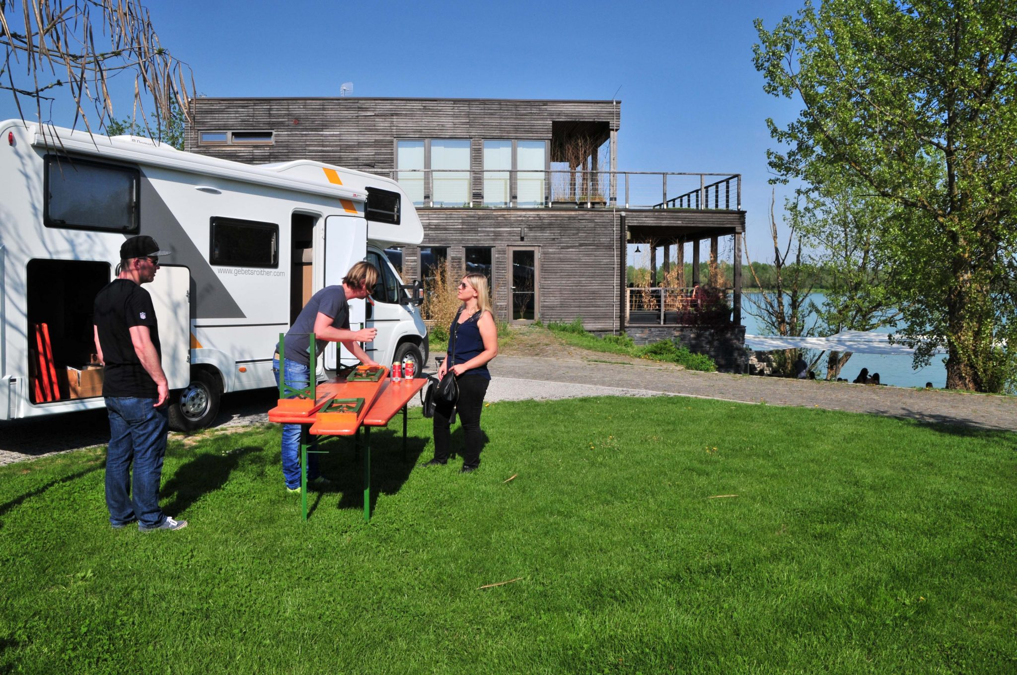 Camp Zagreb mit Stellplätzen und Restaurant am Ufer des Sees.