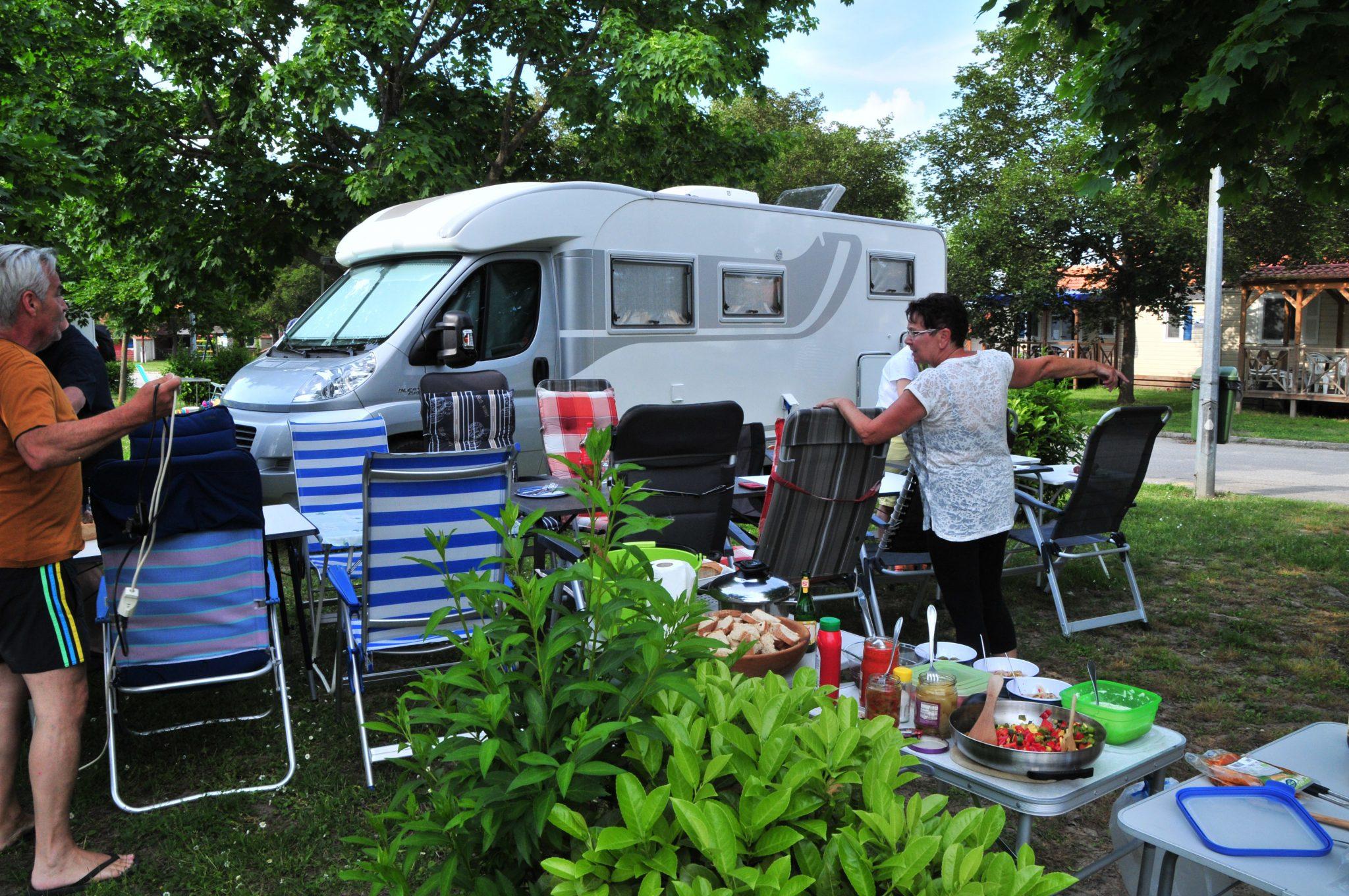 gemeinsames Grillen am Camping Terme Catez