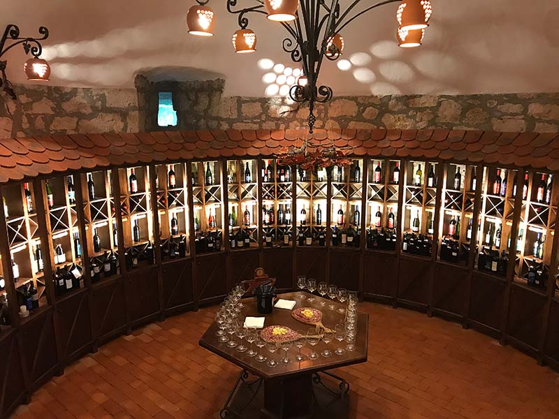 Alles bereit zur Weinverkostung auf Schloss Sevnica in der Vinothek des Schlosses.