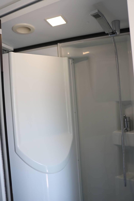 Duschen und Bad auf einem Raum im Duplex-Bad.