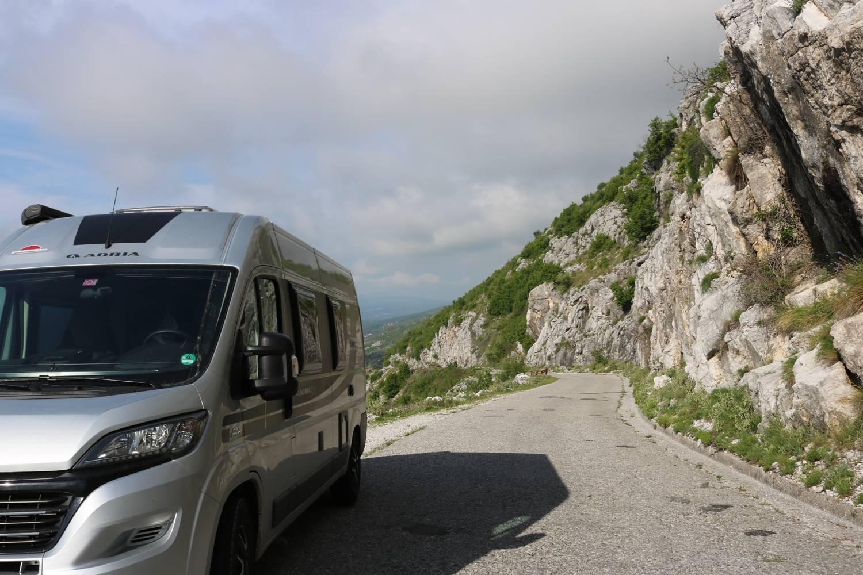 Der Adria Twin Ducato schafft mühelos die Bergstraßen.
