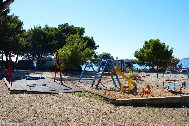 Direkt am Strand liegt der Spielplatz.