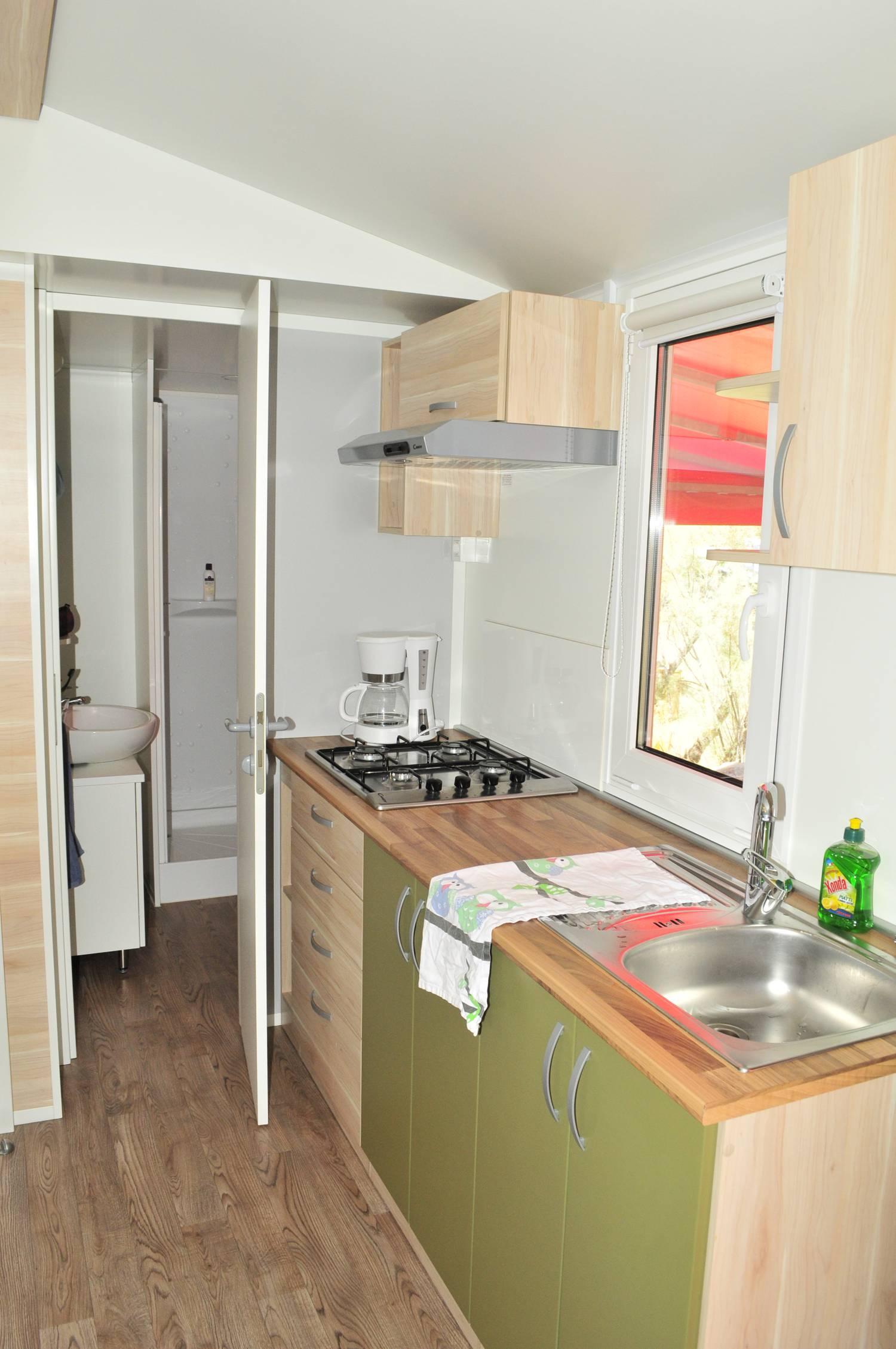Hell und freundlich ist auch die Küche im Mobilheim.