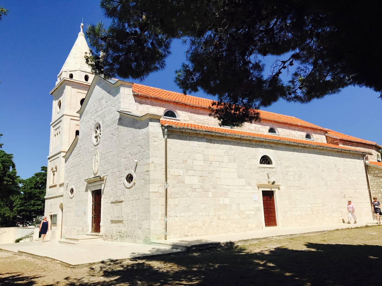 Ganz oben auf der Halbinsel Primosten thront die Kirche.