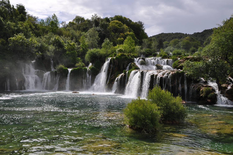 Wasserfall über mehrere Ebenen.