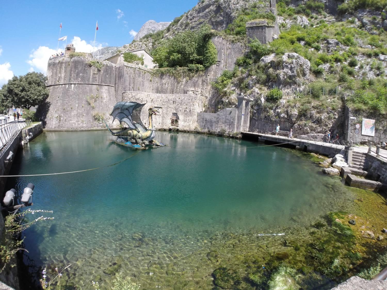 Türkisfarbenes Wasser in der Bucht von Kotor.