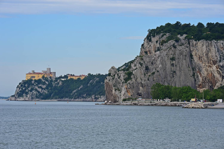 Die Steilküste über dem Badestrand.