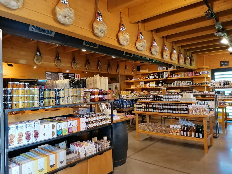 Schinken und Köstliches mehr kann man hier einkaufen.