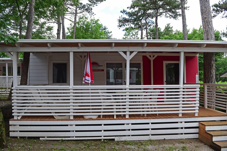 Komplett überdacht bietet die große Terrasse zusätzlichen Wohnraum.