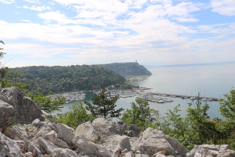 Hoch über dem Meer liegt der Campingplatz Mare Pineta.