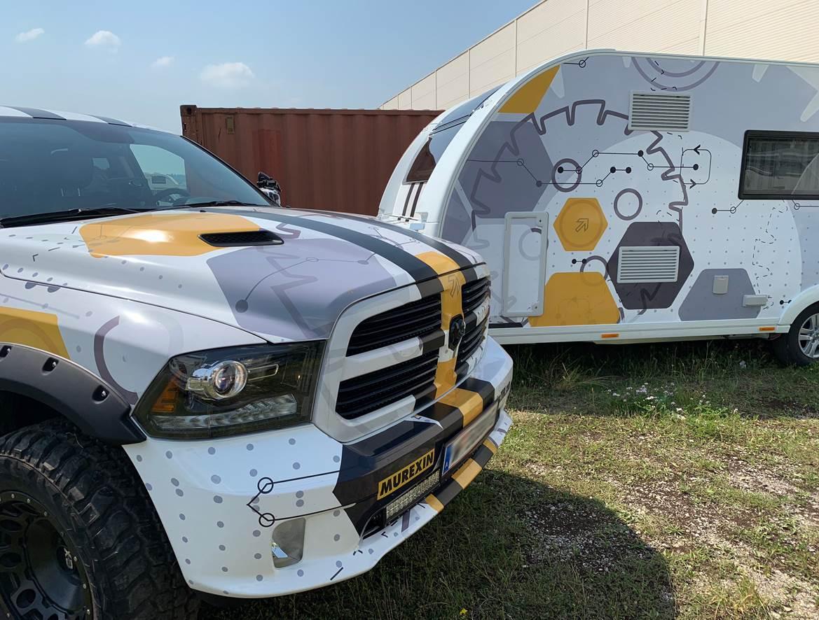 Zugfahrzeug und Wohnwagen im gleichen Design.