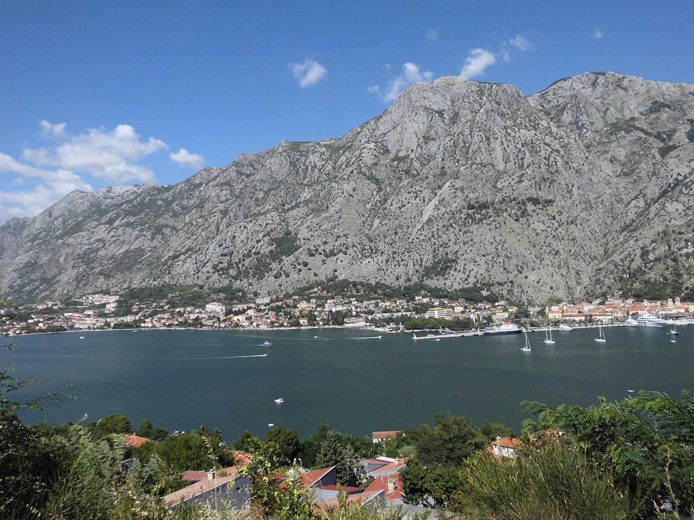 Die Bucht von Kotor ist durch eine Meerenge geschützt.