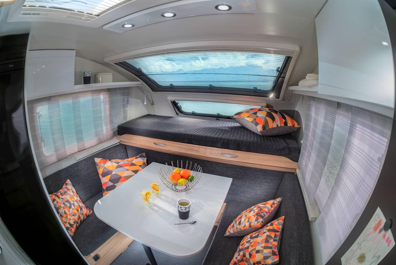Viel Licht und stylisches Design im Innenraum des Adria Action ph Wohnwagens.