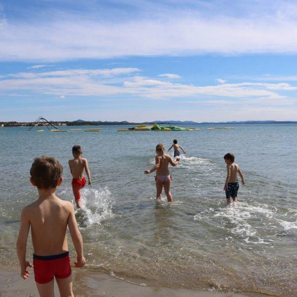Sandstrand und Funpark im Meer.