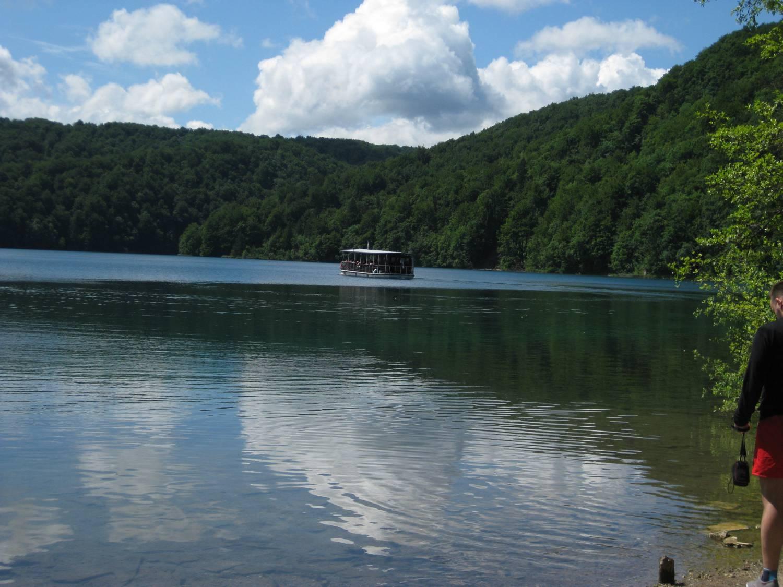 Auf den oberen Seen fährt ein Elektro-Ausflugsboot.