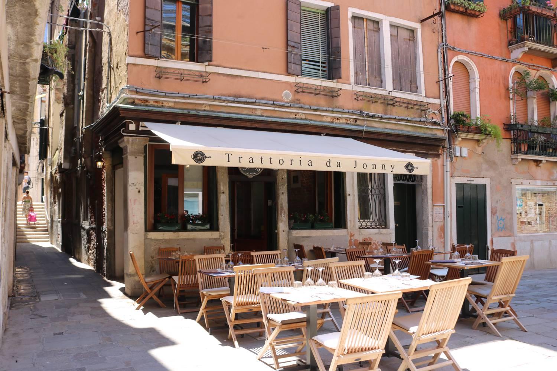 Dolce vita an einem kleinen piazza in Venedig.