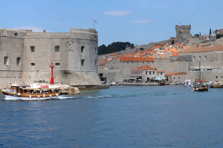 Vom alten Hafen aus kann man die berühmte Altstadt von Dubrovnik erkunden.