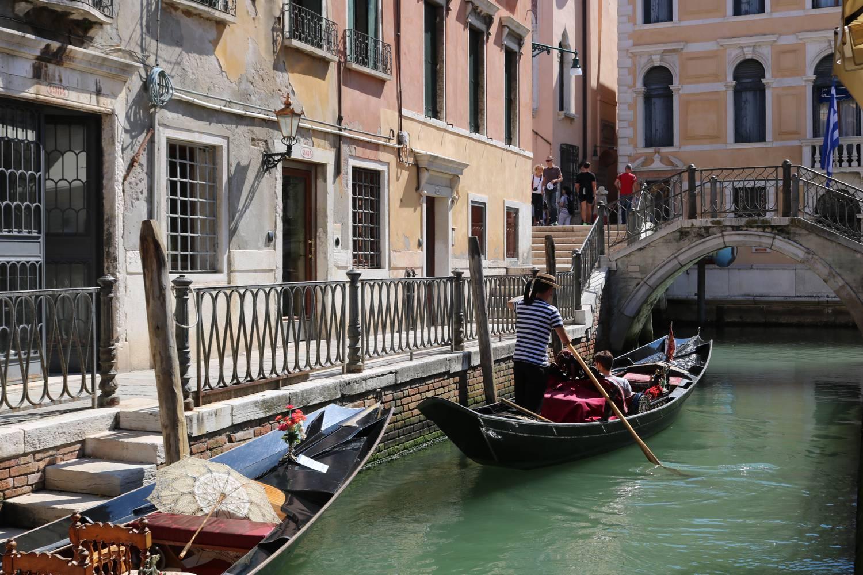 Gondel-Stationen gibt es an vielen Stellen in Venedig.