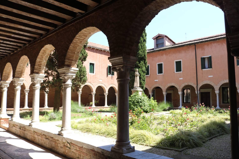 Innenhof und Kreuzgang des San Francesco Klosters in Venedig