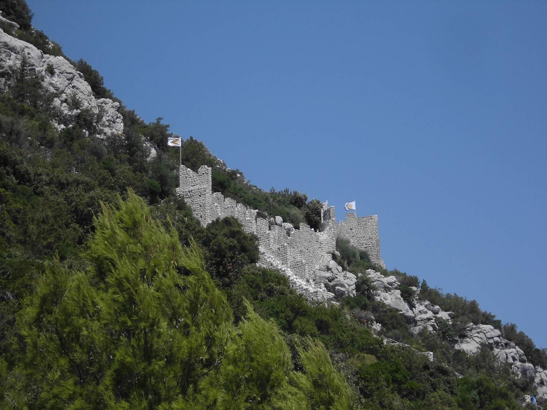 Die Festungsmauer verläuft auf der Anhöhe.
