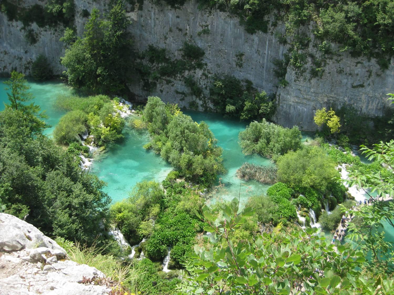Türkisfarbenes Wasser zwischen Felsschluchten.