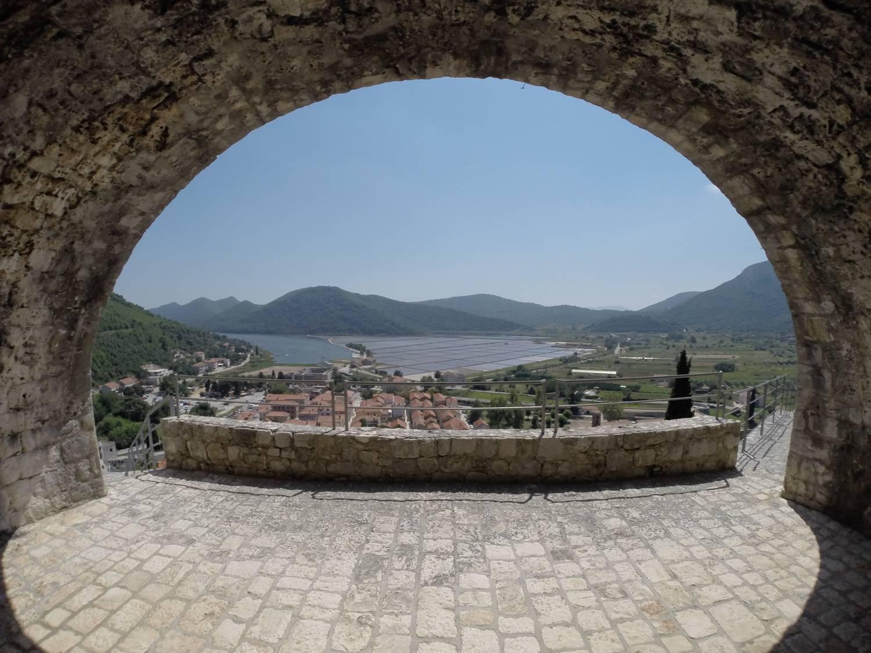 Die Festungsanlage Ston über der Stadt.