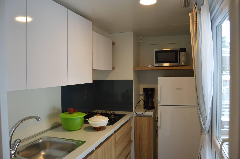 Küchenzeile mit Gasherd und kompletter Ausstattung.