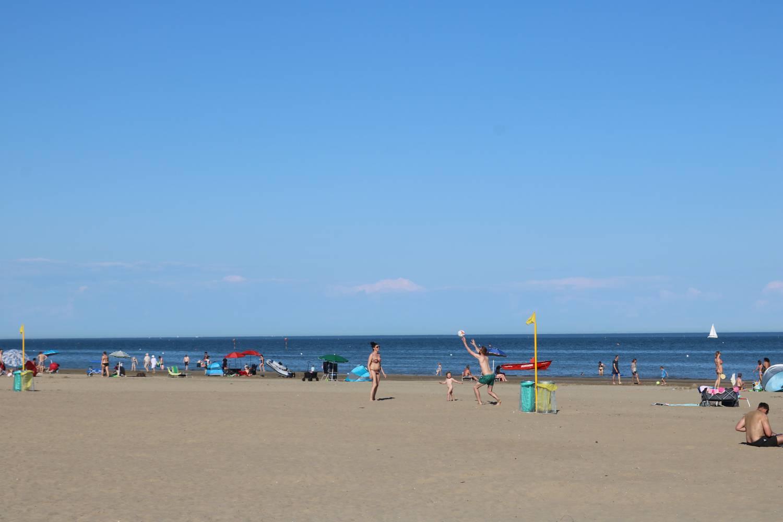 Sonnenbaden oder sportliche Aktivitäten am breiten Sandstrand von Marina di Venezia.