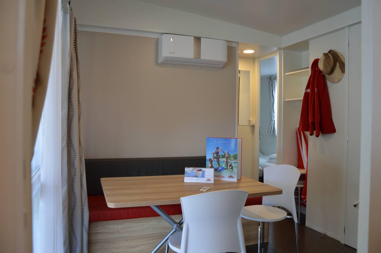 Großer Sitz- und Wohnbereich mit Klimaanlage.