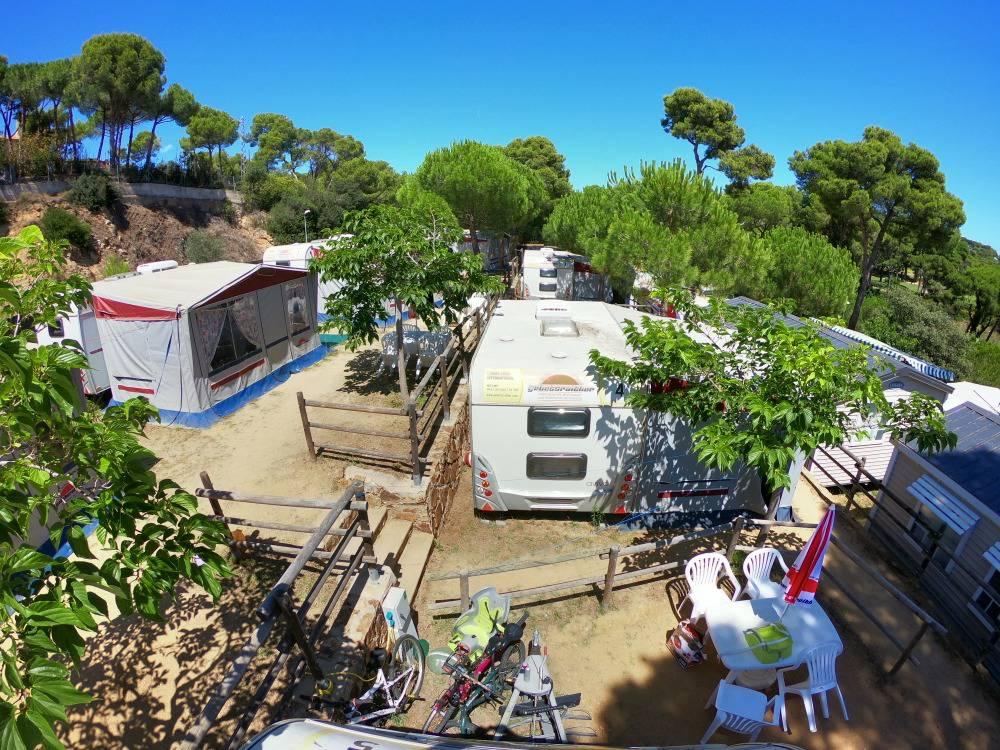 Terrassenförmig stehen die Wohnwagen.