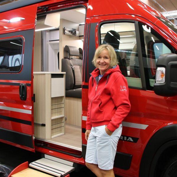 Fröhliches Design außen und innen im Camping-Bus.
