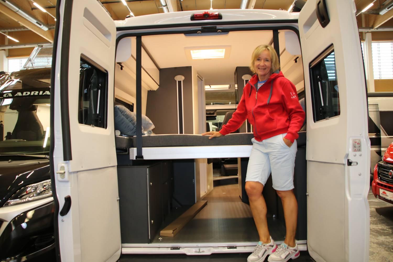 Elektrisches Hubbett im Camping-Bus.