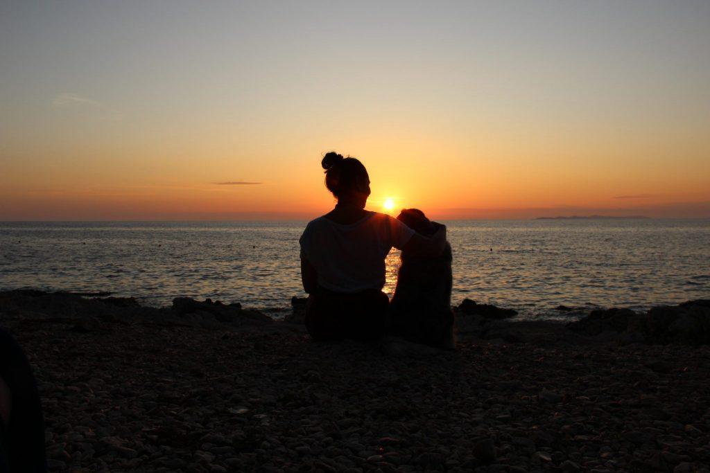 3-sonnenuntergang-primosten-kroatien-hund-strand-meer-gebetsroither-urlaub