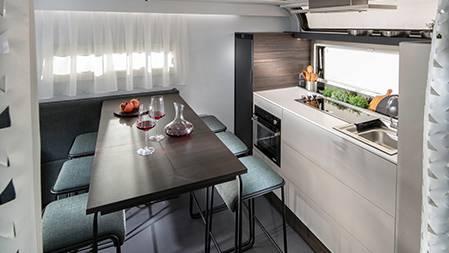 Gemütlicher Bar-Esstisch im Adria Astella Luxus Wohnwagen