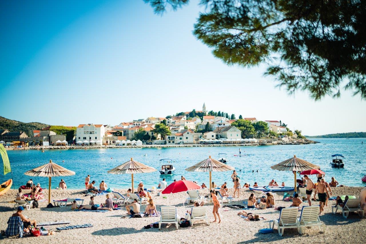 Gebetsroither_Urlaub-Kroatien-Pirovac_Campingplatz-Sommer-Strand