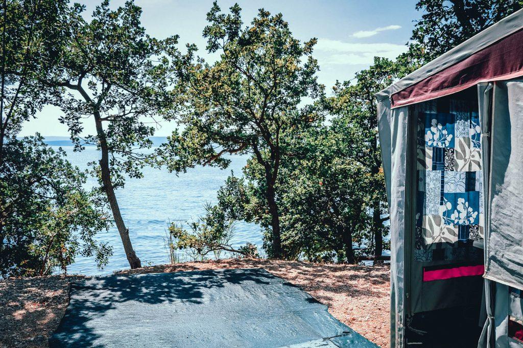 Blick-aufs-Meer-am-FKK-Camping-Konobe
